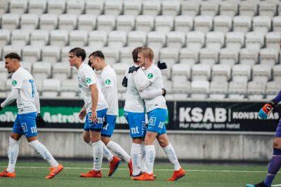 Spelare från IFK Norrköping kramas
