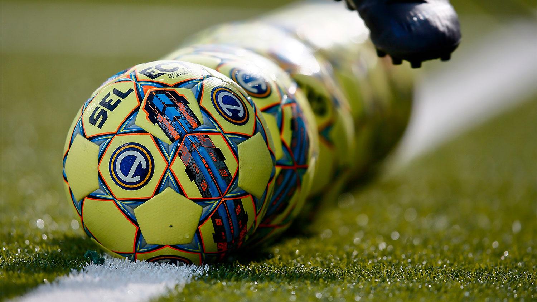 Flera fotbollar ligger på mittlinjen på planen i Östgötaporten