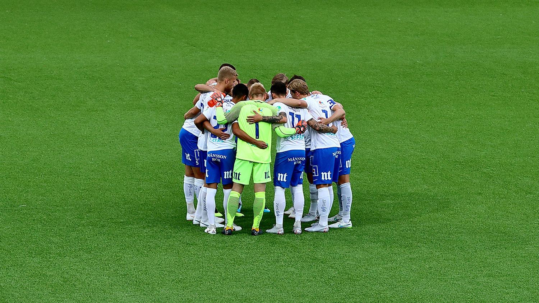 IFK Norrköpings lag står i ring och håller varandra om ryggen