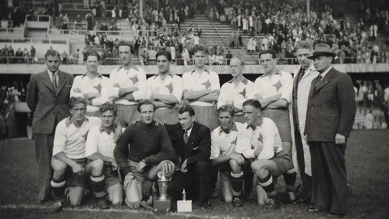 En svartvit bild på en historisk laguppställning hos IFK Norrköpings