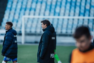 Jens Gustafsson kollar ut mot planen