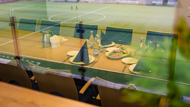 Dukat bord i en loge på Östgötaporten