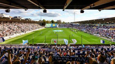 Match på Östgötaporten taget från supporterläktaren