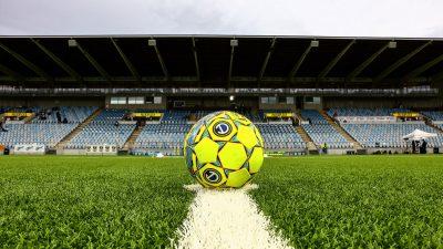 En fotboll ligger på mittlinjen på planen i Östgötaporten