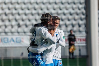 Tre spelare kramar varandra