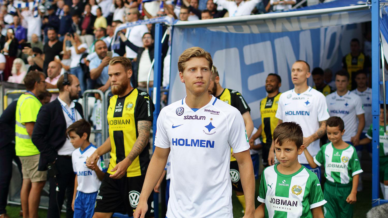 Spelare från IFK Norrköping och ett motståndarlag kommer fram från spelargången