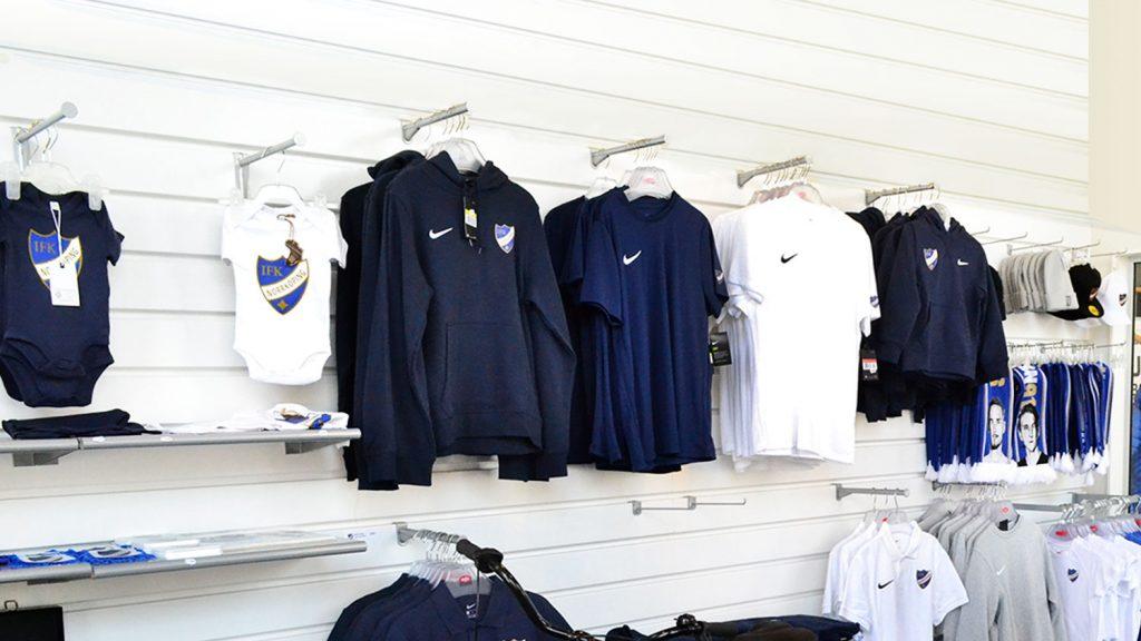 IFK-kläder hänger på väggen i shoppen